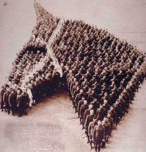 650 men stand in tribute to the horse - USA - 1915